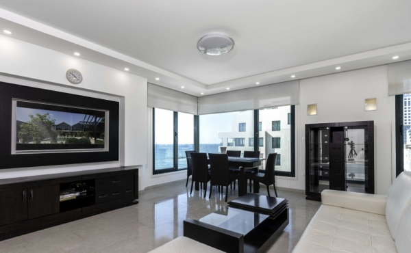 Front Sea TLV 3 room 90sqm Sea view Elevator Parking Swimming Pool Gym Club Doorman Apartment for sale in Telaviv